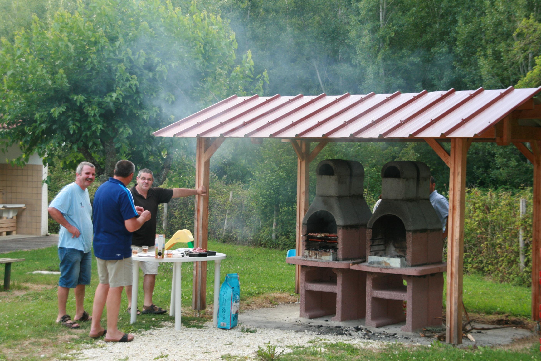 Barbecue convivial Camping de Neguenou